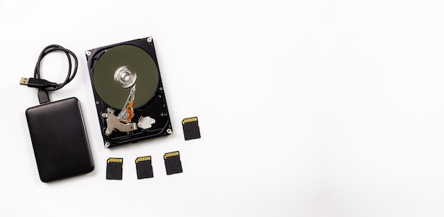 Computer und festplattengerät auf weißem hintergrund