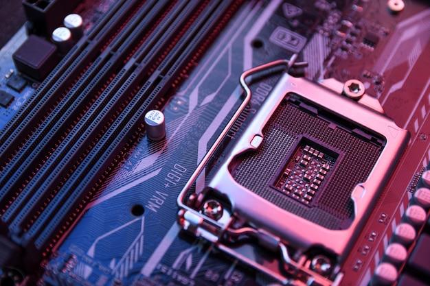 Computer-zentralprozessor-buchse auf dem motherboard und elektronischen komponenten cpu-gpu-speicher und verschiedene sockel für grafikkarte in nahaufnahme