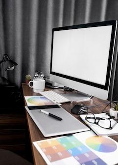 Computerbildschirm auf büroarbeitsplatz mit farbpaletten