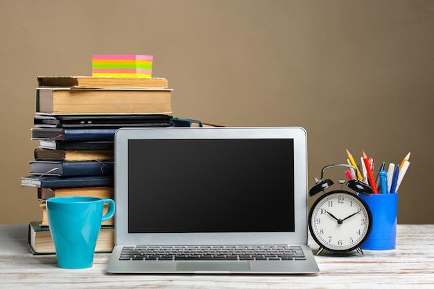 Computerbildschirm auf einer arbeitstischvorderansicht