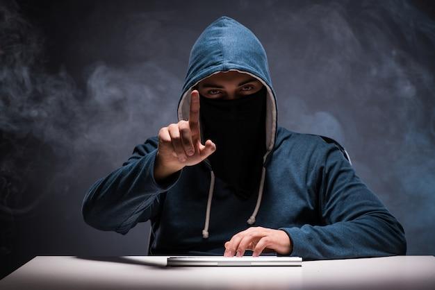 Computerhacker, der in der dunkelkammer arbeitet