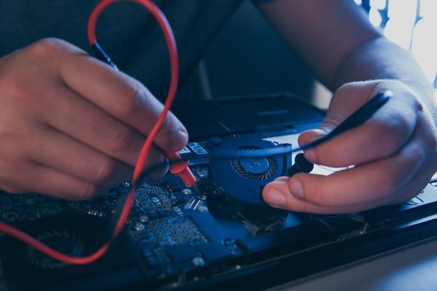 Computerhardware-engineering. technologiewissenschaftliches konzept. entwickler löten elektronische komponente