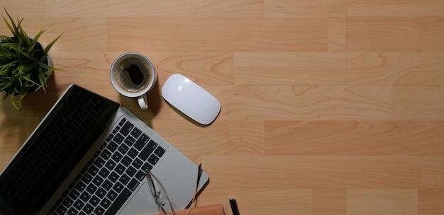 Computerlaptop und -kaffee auf schreibtisch, draufsicht