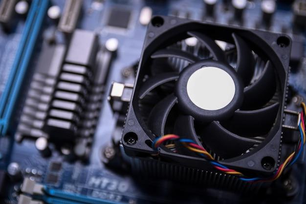 Computerlüfter auf dem motherboard und elektronische komponenten