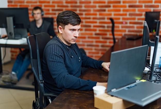 Computerprogrammierer, der programmcode auf dem computer im büro schreibt. programmierung.