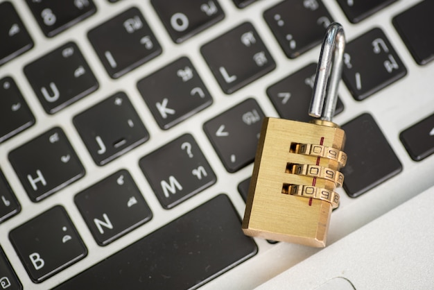Computersicherheitskonzept. vorhängeschloss auf computer-platine