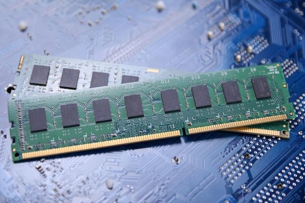 Computerspeicher ram auf motherboard-hintergrund. nahansicht. system, hauptspeicher, arbeitsspeicher, onboard, computerdetails. computerteile . ddr3. ddr4. ddr5