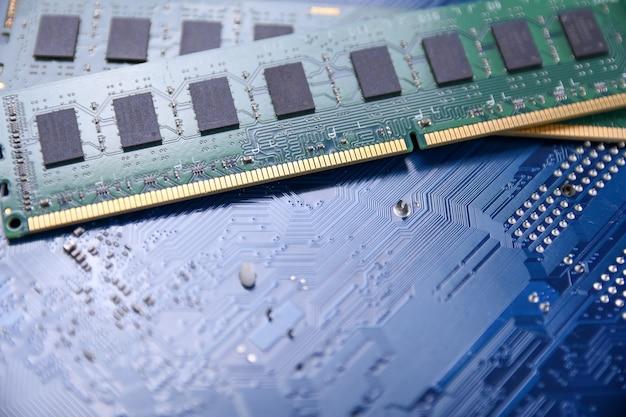 Computerspeicher-ram auf motherboard-hintergrund. nahansicht. system, hauptspeicher, direktzugriffsspeicher, onboard, computerdetails. computerteile . ddr3. ddr4. ddr5