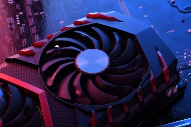 Computerspiel-grafikkarte, videokarte mit zwei kühlern auf leiterplatte, hauptplatine. nahansicht. mit rot-blauer beleuchtung