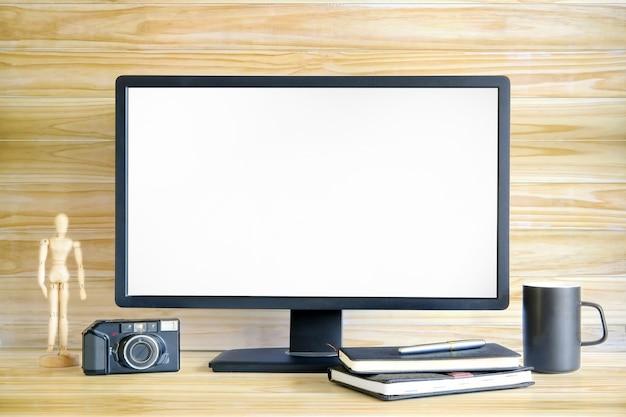 Computerspott oben mit kamera und kaffeetasse auf holztisch- und holzwand auf hintergrund.