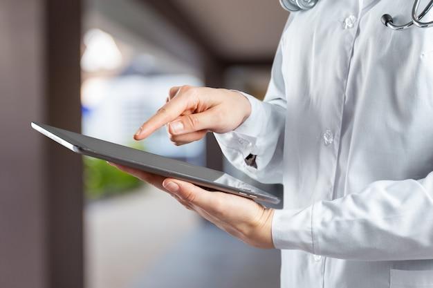 Computertablette in den händen von doktor