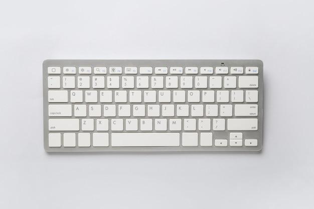 Computertastatur auf weißem tisch, draufsicht