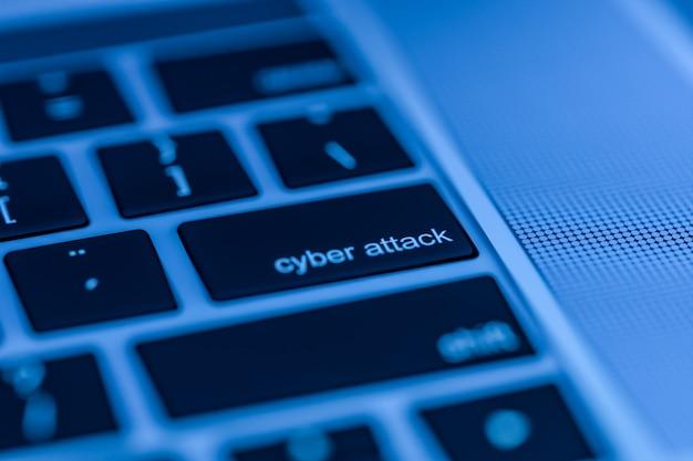 Computertastatur mit cyber-angriffstaste zum drücken bereit