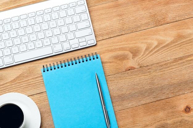 Computertastatur, notizblock und notizbuch für notizen