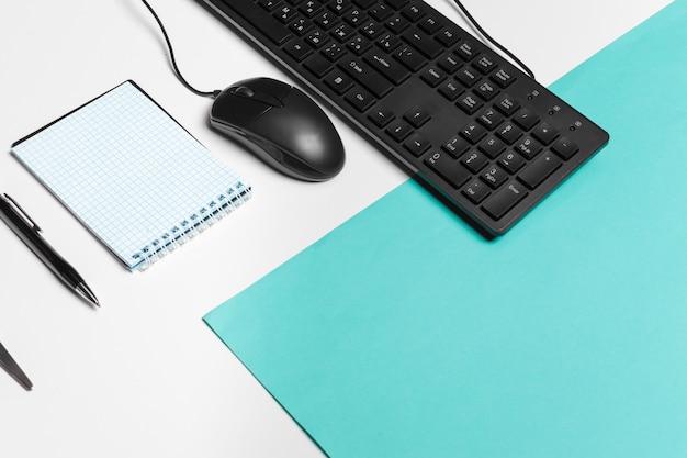 Computertastatur und -maus auf farbe