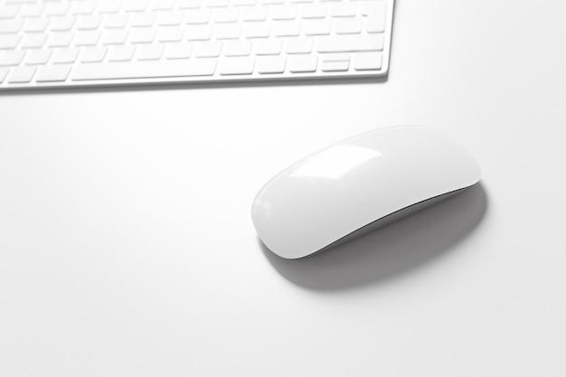 Computertastatur und -maus oben auf den weißen desktop
