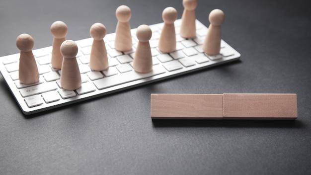 Computertastatur und menschliche figuren. social media, netzwerk, kontakt