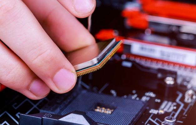 Computertechniker, der cpu in motherboard installiert. nahansicht.