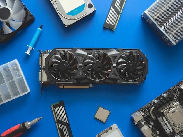 Computerteile mit festplatte, ram, cpu, grafikkarte und motherboard.
