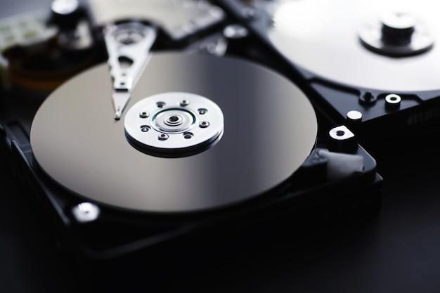 Computerzubehör. die zerlegte festplatte. reparatur von komponenten pc. externe festplatte kaputt. computer-hintergrund.