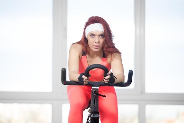 Concentred frau mit dem fahrrad