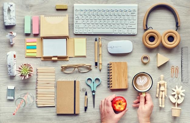 Concept flat lay mit modernen büromaterialien aus umweltfreundlichen, nachhaltigen materialien, bastelpapier, bambus und holz. organisieren sie arbeitsabläufe ohne einwegkunststoff, um abfall zu reduzieren.