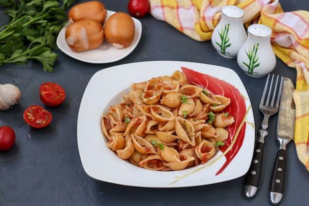 Conchiglie italienische nudelschalen mit kirschtomaten und tomatensauce