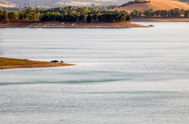 Conde de guadalhorce reservoir bei sonnenuntergang.