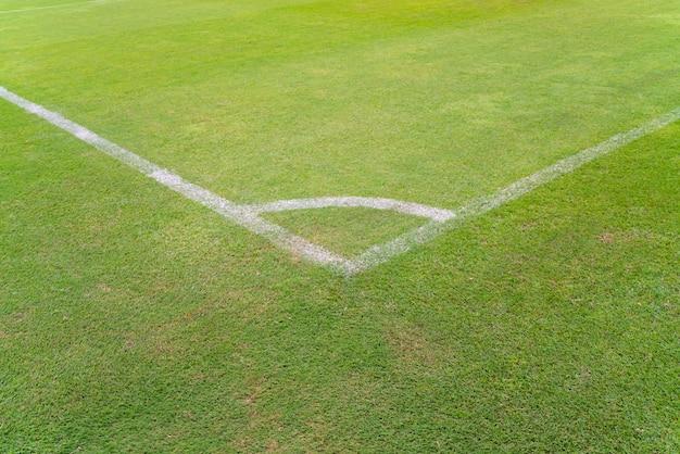 Conner des fußballplatzes mit grünem gras