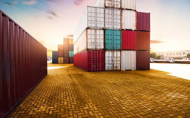 Container, containerschiff im import export und in der geschäftslogistik