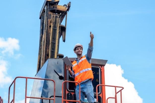 Containerarbeiter arbeiten und prüfen im containerlager.