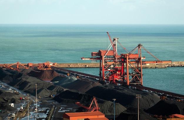 Containerbahnhof mit kränen an einem handelshafen in der spanien-stadt gijon.