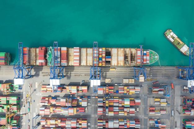 Containerfrachtschiff, das in international mit dem schiff auf offener see arbeitet.