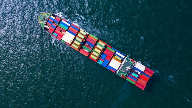 Containerfrachtschiff mit container für den import und export von geschäftsfracht.