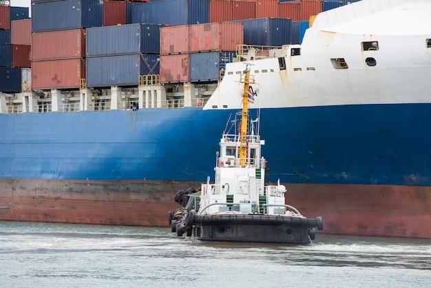 Containerfrachtschiff-terminalhafen am hafen und am anschluss.