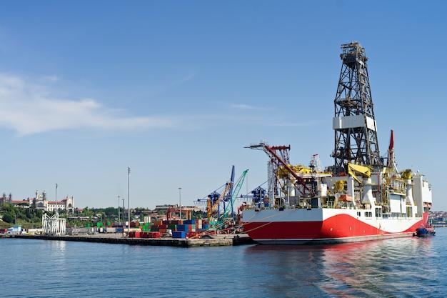 Containerfrachtschiffverladung im kommerziellen hafenhafen