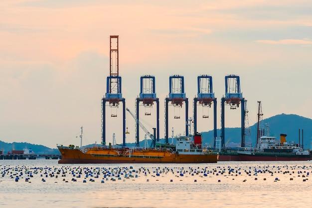 Containerladung mit kran am schiff, import, export