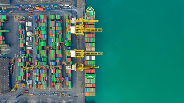 Containerschiff arbeitet im industriehafen, business import und export logistik und transport von international