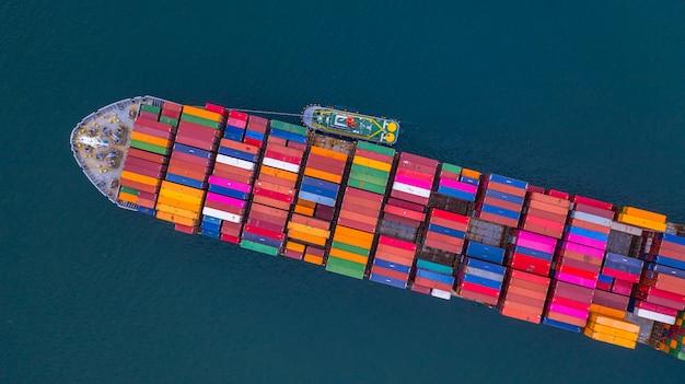 Containerschiff, das behältervogelperspektive, geschäftsimport- und -exportlogistik und transport des international durch containerschiff im offenen meer, mit kopienraum trägt.