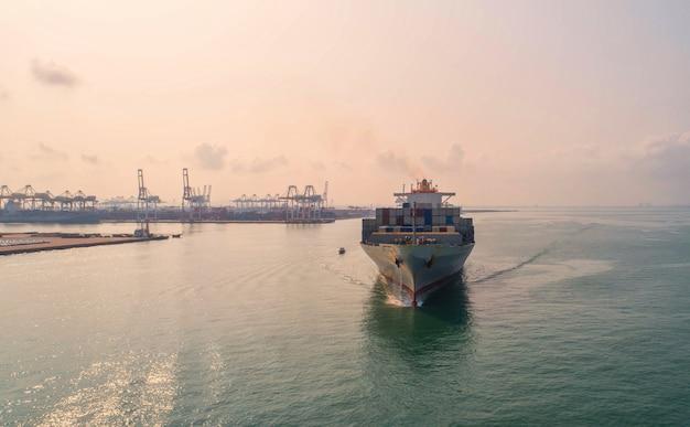 Containerschiff im export und import geschäft und logistik.