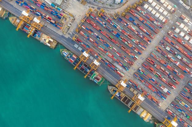 Containerschiff im export- und importgeschäft und in der logistik.