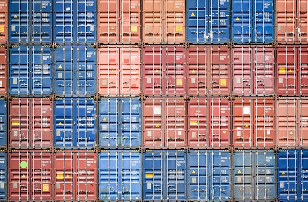 Containerschiff im export- und importgeschäft und logistik im hafen industrieverpackung und wassertransport internationale spedition fracht / box container