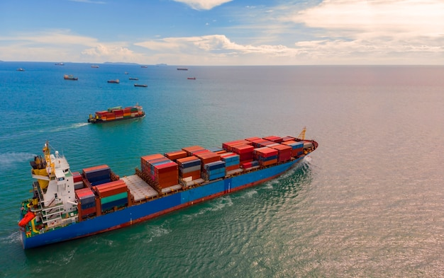 Containerschiff im export und importgeschäft und -logistik im ozean
