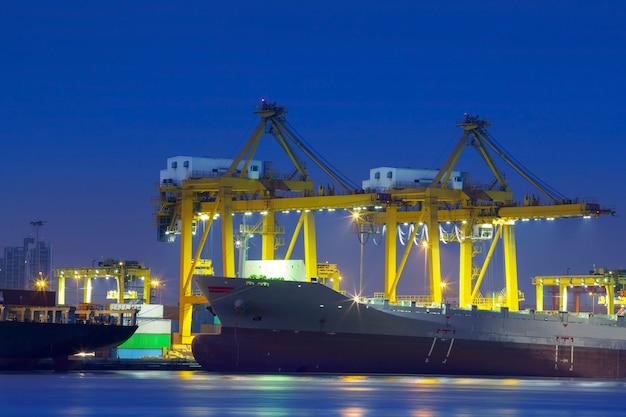 Containerschiff im hafen mit kränen