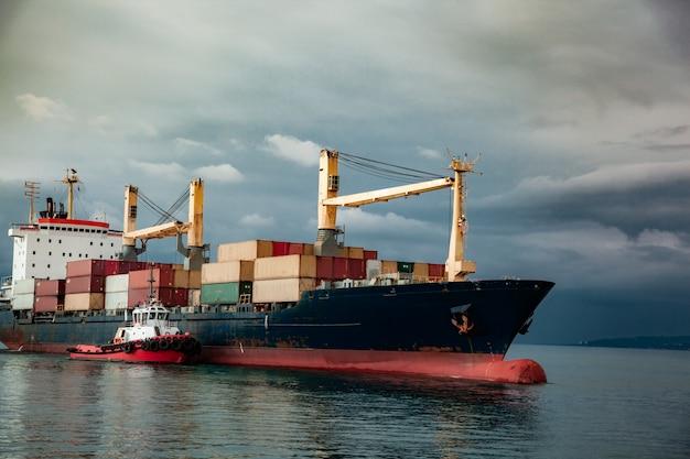 Containerschiff im meer