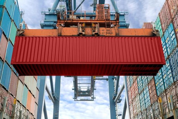Containerschiff in der import- und exportgeschäftslogistikfirma
