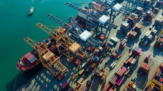 Containerschiffe laden und entladen in hutchison ports, business logistic import-export transport international und transport von containern im hafen, versand container gebäude, luftaufnahme