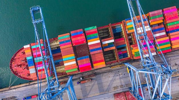 Containerschiffladen und -entladen im tiefseehafen