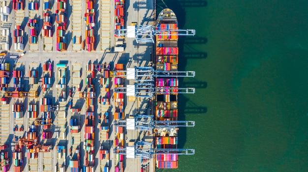 Containerschiffladen und -entladen in tiefseehafen, luftdraufsicht des logistischen import- und exportgüterverkehrs des geschäfts