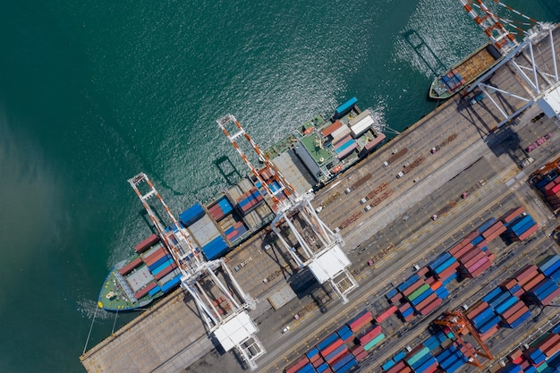 Containerschiffsterminal entladen und kaikran des containerschiffs im industriehafen mit schiffscontainerschifffracht